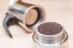 使用的咖啡渣在做您的在一只咖啡壶的早晨咖啡以后与一个滤网有被弄脏的轻的背景 免版税库存图片
