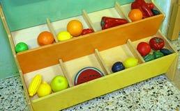 使用的塑料果子在学龄前孩子 库存图片