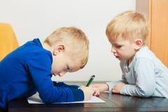 使用的孩子一起,在纸的画的图片 库存照片