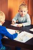 使用的孩子一起,在纸的画的图片 免版税库存照片