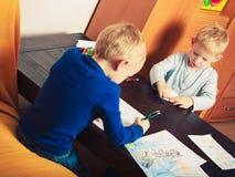 使用的孩子一起,在纸的画的图片 免版税库存图片