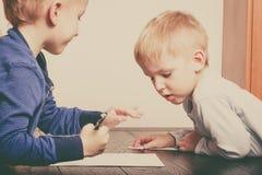 使用的孩子一起,在纸的画的图片 库存图片
