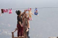 使用的孩子做洗衣店和户外 免版税库存图片