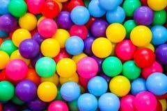 使用的孩子的五颜六色的球能 免版税图库摄影