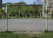 使用的孩子的区域能 夏天 孩子乘坐摇摆 库存图片