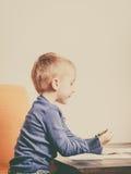 使用的孩子,在纸的画的图片 库存图片