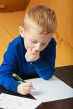 使用的孩子,在纸的画的图片 免版税库存照片