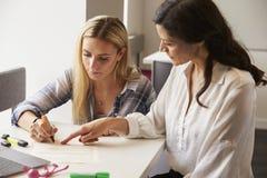 使用的家庭教师学会援助帮助有阅读困难的学生 库存图片