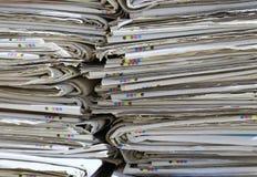 使用的报纸堆在汇集中心的可再循环 免版税库存图片