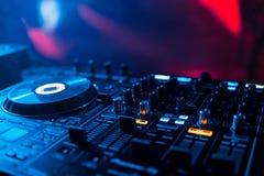 使用的搅拌器DJ在党在圆盘的夜总会和从水平和容量特写镜头的使用音乐 图库摄影