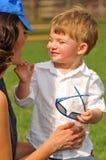 使用的母亲和的儿子外面 免版税库存图片