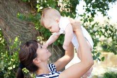 使用的母亲和的婴孩户外 免版税库存照片