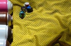 使用的湿剂油漆喷雾器的几个盖帽在蓝球运动员的运动衫说谎由聚酯织品制成 作为背景诱饵概念美元灰色吊异常分支 免版税图库摄影