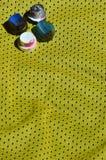 使用的湿剂油漆喷雾器的几个盖帽在蓝球运动员的运动衫说谎由聚酯织品制成 作为背景诱饵概念美元灰色吊异常分支 库存图片