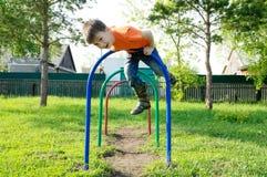 使用的男孩户外 在操场,儿童活动的孩子 有儿童的乐趣 活跃健康童年 免版税图库摄影