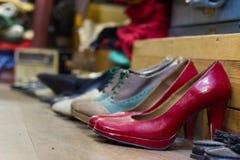 使用的红色跳舞鞋子,老和肮脏的鞋子,空白的区域 免版税库存照片