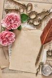 使用的纸古色古香的羽毛笔桃红色玫瑰开花 免版税库存图片