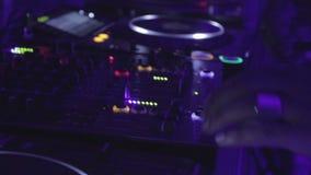 使用的蓬松卷发dj扭捏设备(搅拌器、转盘,拖拉机)在夜总会 股票视频