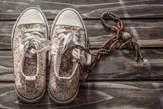 使用的运动鞋和项链 免版税库存图片