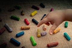 使用的颜色蜡笔和小孩手 免版税库存图片