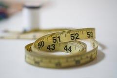 使用的黄色软的磁带测量缝合的裁缝统治者成套工具 免版税库存图片