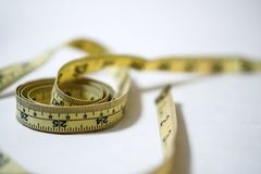 使用的黄色软的磁带测量缝合的裁缝统治者成套工具 免版税库存照片
