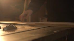 使用直尺的接近的观点的木匠画在委员会的一条线 股票视频