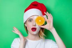 使用眼睛补丁的妇女为她的眼睛在圣诞老人帽子 免版税库存照片