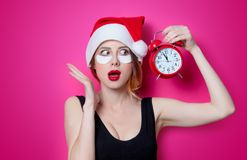 使用眼睛补丁的妇女为她的眼睛在有警报的圣诞老人帽子 库存照片