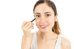 使用眼线膏的妇女 免版税库存照片