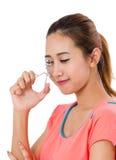 使用睫毛卷发的人的Asain少妇 免版税库存图片