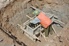使用研磨机的建筑工人切开钢 免版税库存照片