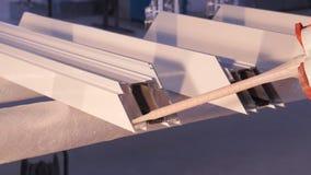 使用硅树脂管的工作者的手为修理窗口室内 从铝的窗口细节 建筑查出的好成套装备工作者 图库摄影