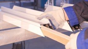 使用硅树脂管的工作者的手为修理窗口室内 从铝的窗口细节 建筑查出的好成套装备工作者 库存图片