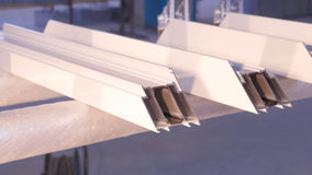 使用硅树脂管的工作者的手为修理窗口室内 从铝的窗口细节 建筑查出的好成套装备工作者 免版税库存照片