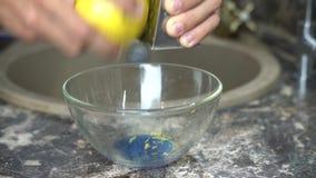 使用磨丝器的人摩擦在碗的柠檬味 影视素材