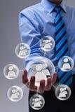 使用社会网络连接的生意人 免版税库存照片