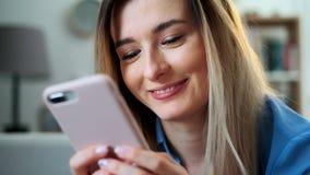 使用移动设备的浏览互联网的女孩接近的画象,停留在家连接享受现代生活方式 股票视频