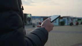 使用立即使用的智能手机的人 股票视频