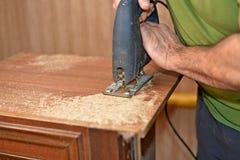 使用竖锯的工匠,做家具概念 库存图片