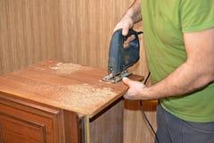 使用竖锯的工匠,做家具概念 库存照片