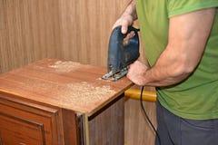 使用竖锯的工匠,做家具概念 图库摄影