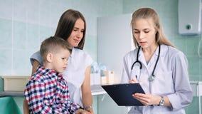 使用笔文字小男孩患者疾病的怨言或症状女性医生  股票视频