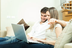 使用笔记本的夫妇 免版税库存图片