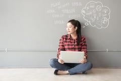 使用笔记本计算机的年轻和成人人民的人亚洲人对于信息, 免版税库存图片