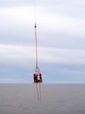 使用篮子推力的相互船具调动从供应或乘员组小船 免版税库存图片