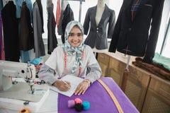 使用缝纫机的妇女裁缝 图库摄影