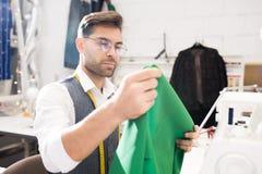 使用缝纫机的男性裁缝 免版税库存照片