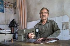 使用缝纫机,在裁缝` s商店剪裁工作 免版税图库摄影