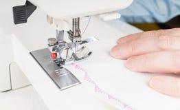 使用缝纫机,特写镜头的裁缝 免版税图库摄影